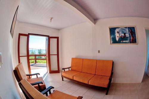 apoena-casa-para-aluguel-farol-santa-marta-casa3-terraco-churrasqueira-01-sala