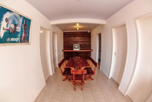 apoena-casa-para-aluguel-farol-santa-marta-casa3-terraco-churrasqueira-02-sala