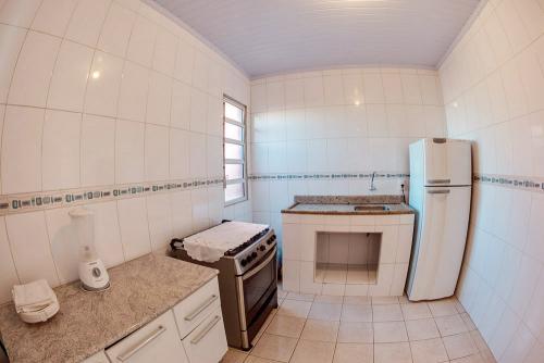 apoena-casa-para-aluguel-farol-santa-marta-casa3-terraco-churrasqueira-06-cozinha